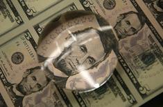 El ex presidente estadounidense Abraham Lincoln estampado en billetes de cinco dólares en Washington. Imagen de archivo, 26 marzo, 2015.  El dólar tocó el jueves un máximo de casi tres semanas, impulsado por las expectativas de que las tasas de interés de Estados Unidos subirán inevitablemente, con la posibilidad de un alza en junio aún entre las opciones pese a recientes datos económicos irregulares. REUTERS/Gary Cameron