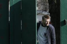 Оппозиционер Алексей Навальный покидает территорию спецприемника в Москве 6 марта 2015 года. Владимир Путин внес в Госдуму проект амнистии, под которую, как объявила в четверг пресс-служба Кремля, могут попасть сотни тысяч человек. Юристы отмечают, что в это число не попадут сидящие в тюрьме оппозиционеры, но могут быть амнистированы сотрудники силовых структур, уличенные в пытках. REUTERS/Maxim Shemetov