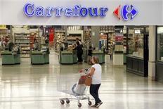 Carrefour a fait mieux qu'attendu au premier trimestre, porté par de solides performances en France et au Brésil, ses deux premiers marchés. Les ventes du numéro deux mondial de la distribution derrière Wal-Mart ont totalisé 21,0 milliards d'euros, un chiffre supérieur aux 20,82 milliards du consensus Reuters.  /Photo d'archives/REUTERS/Charles Platiau