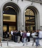 Un grupo de personas frente al logo del Bovespa en la bolsa de Sao Paulo . Imagen de archivo, 10 agosto, 2011. El principal índice de acciones de Brasil subía el viernes y volvía a superar los 54.000 puntos, gracias a la mejoría de los títulos de bancos, que se sumaban al alza de los papeles de la petrolera estatal Petrobras. REUTERS/Paulo Whitaker