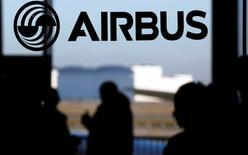 Airbus a cédé près de 1,73 million d'actions Dassault Aviation, soit environ 18,75% du capital du constructeur aéronautique, un montant qui tient compte de l'option de sur-allocation accordée par le groupe européen aux banques teneurs de livre associées à cette opération annoncée le 25 mars. /Photo prise le 13 janvier 2015/REUTERS/Régis Duvignau
