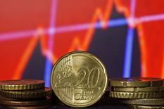 Monedas de euro frente a una pantalla que muestra índices económicos en Zénica. Imagen de archivo, 13 marzo, 2015. Las acciones europeas subieron el viernes a su nivel más alto desde 2000, impulsadas por la baja del euro que está apoyando una recuperación económica e impulsando las ganancias corporativas. REUTERS/Dado Ruvic