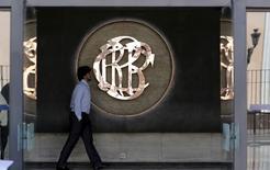 En la imagen, un hombre camina cerca al logo del Banco Central de Perú (BCRP) en el centro de Lima. 7 de abril, 2015. Analistas redujeron nuevamente sus expectativas de crecimiento económico de Perú para este año, a un 3,6 por ciento desde un 3,9 por ciento, dijo el sábado una encuesta mensual del Banco Central, influenciados por la desaceleración de la actividad productiva. REUTERS/Mariana Bazo