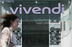 En la imagen, una mujer camina cerca a la entrada principal del edificio del grupo Vivendi en París. 8 de abril, 2015. El grupo de medios francés Vivendi, que cuenta con dinero para gastar después de vender una parte de sus negocios, dijo que no tiene planes de comprar a su rival menor Lagardere. REUTERS/Gonzalo Fuentes