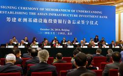 Lors de la cérémonie de lancement de la Banque asiatique d'Investissement pour les Infrastructures (AIIB), en octobre dernier à Pékin.  Les autorités chinoises ont annoncé que Taiwan ne pouvait devenir membre fondateur de l'AIIB mais pourrait y adhérer par la suite à condition de choisir un autre nom. /Photo prise le 24 octobre 2015/REUTERS/Takaki Yajima/Pool