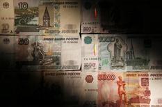 Рублевые купюры в Москве 30 сентября 2014 года. Рубль к полудню понедельника отбил значительную часть глубоких потерь, понесенных в пятницу вечером после решения ЦБ повысить ставки валютного репо и за счет закрытия рискованных позиций под выходные. REUTERS/Maxim Zmeyev