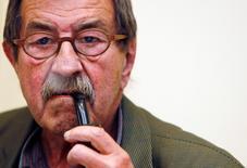 Немецкий писатель Гюнтер Грасс на пресс-конференции в Мадриде 21 мая 2007 года. Немецкий писатель, лауреат Нобелевской премии Гюнтер Грасс скончался в возрасте 87 лет, сообщил его издатель в понедельник. REUTERS/Susana Vera