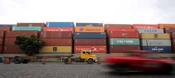 Containers vistos en el terminal del puerto de Santos. Imagen de archivo, 6 abril, 2015. El acceso al puerto de Santos, el más grande de Brasil, fue restablecido totalmente para vehículos de carga y transporte el lunes, luego de que una entrada quedara parcialmente inhabilitada durante una semana debido a un incendio en una zona de depósito de combustible cercana, dijo el operador Ecovias. REUTERS/Paulo Whitaker