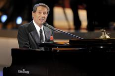 """Musician Udo Juergens performs after receiving a German media prize """"Die Goldene Henne"""" (the golden hen) for lifetime achievement during the awards ceremony in Berlin in this September 17, 2008 file picture.  REUTERS/Axel Schmidt/Files"""
