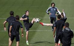 Bale (C) participa de treino do Real Madrid. 13/04/2015.  REUTERS/Susana Vera