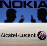 Nokia a annoncé être en discussions avancées avec Alcatel-Lucent en vue d'une fusion des deux équipementiers de télécommunications. /Photos d'archives/REUTERS/Dado Ruvic/Benoît Tessier