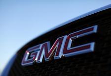 General Motors, valeur à suivre mardi à Wall Street, a annoncé une hausse de son dividende trimestriel de 20% à 36 cents par action. /Photo d'archives/REUTERS/Mike Blake