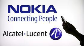 Foto ilustrativa com as logos da Nokia e Alcatel-Lucent.  14/04/2015   REUTERS/Benoit Tessier