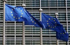 En la imagen, banderas de la Unión Europea ondean frente a la sede de la Comisión Europea en Bruselas el 2 de febrero de 2015.  La producción industrial de la zona euro subió mucho más que lo esperado en febrero, mostraron datos oficiales el martes, recuperándose de una breve caída en enero y sumándose a las señales de que la recuperación económica está cobrando vigor.  REUTERS/François Lenoir