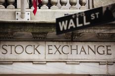 La Bourse de New York évolue en légère hausse mardi dans les premiers échanges même si les investisseurs se montrent prudents après la publication des comptes trimestriels de poids lourds de la cote comme JPMorgan, Wells Fargo et Johnson & Johnson.  Dans les premiers échanges, l'indice Dow Jones gagne 0,13%, le Standard & Poor's 500, plus large, recule de 0,02% et le Nasdaq Composite cède 0,25% à 4.975,77 points. /Photo d'archives/REUTERS/Lucas Jackson