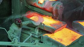 Un trabajador monitorea un proceso dentro de una planta refinadora de Codelco en la ciudad de Ventanas. Imagen de archivo, 7 enero, 2015. La estatal chilena Codelco, la mayor productora mundial de cobre, espera generar beneficios por más de 10.000 millones de dólares entre 2015 y 2019, en medio de un agresivo plan de expansión, dijo el martes el jefe de la minera, Nelson Pizarro. REUTERS/Rodrigo Garrido