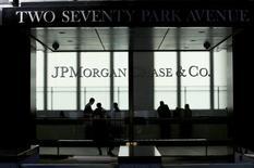Центральный офис JP Morgan в Нью-Йорке. 25 октября 2013 года. Квартальная прибыль JPMorgan Chase & Co, крупнейшего банка США по активам, оказалась лучше прогнозов благодаря росту выручки от торговли активами с фиксированной доходностью. REUTERS/Eduardo Munoz