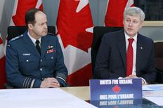 Canada's Prime Minister Stephen Harper (R), with Canada's Chief of the Defence Staff General Tom Lawson, announces military support for Ukraine during a news conference in Ottawa April 14, 2015.     REUTERS/Blair Gable