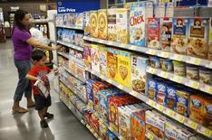 Una mujer compra junto a su hijo en un supermercado en Bentonville, Arkansas. Imagen de archivo, 5 junio, 2014.  Las ventas minoristas de Estados Unidos subieron en marzo por primera vez desde noviembre, debido a que los consumidores compraron más automóviles y otros bienes, lo que sugirió que una fuerte desaceleración del crecimiento económico en el primer trimestre es sólo temporal. REUTERS/Rick Wilking