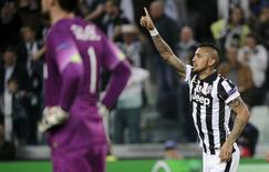 Arturo Vidal, da Juventus, comemora após marcar gol de pênalti contra o Monaco em jogo pela Liga dos Campeões, em Turim, na Itália, nesta terça-feira. 14/04/2015 REUTERS/Giorgio Perottino