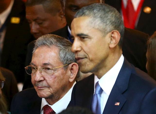 Cuba's President Raul Castro (L) stands with his U.S. counterpart Barack Obama before the inauguration of the VII Summit of the Americas in Panama City April 10, 2015.  REUTERS/Peru Presidency/Handout via Reuters
