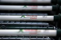 Casino affiche une croissance organique en léger retrait au premier trimestre 2015 par rapport à la fin 2014, marquée par une moindre baisse de ses ventes en France et un ralentissement à l'international. /Photo d'archives/REUTERS/Eric Gaillard