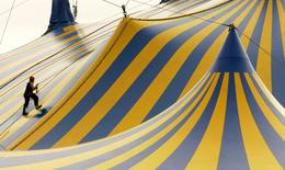 A worker climbs to the top of a circus tent in San Francisco, California in this file photo from November 13, 2007. REUTERS/Robert Galbraith
