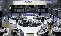 Les Bourses européennes accentuent leur repli jeudi à la mi-séance. À Paris, le CAC 40 perd 0,69% à 5.219,46 points vers 10h55 GMT. À Francfort, le Dax recule de 1,53% et à Londres, le FTSE lâche 0,37%. /Photo prise le 16 avril 2015/REUTERS