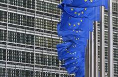 Флаги ЕС у здания Еврокомиссии в Брюсселе. 22 января 2014 года. Санкции Евросоюза против России, связанные с ролью Москвы в украинском кризисе, вероятно, останутся в силе до конца 2015 года, сказал в четверг премьер-министр Чехии Богуслав Соботка. REUTERS/Yves Herman