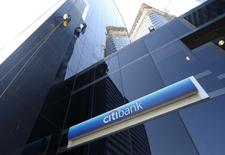 Citigroup, troisième banque américaine par ses actifs, affiche un bénéfice trimestriel en hausse de 16% grâce à une chute de ses frais juridiques et de restructuration. /Photo prise le 17 mars 2015/REUTERS/Enrique Marcarian