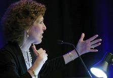 """La presidenta de la Fed de Cleveland, Loretta Mester, durante una conferencia en Washington. Imagen de archivo, 5 diciembre, 2014. La Reserva Federal de Estados Unidos debería comenzar una serie gradual de alzas de las tasas de interés """"relativamente pronto"""", siempre y cuando la economía repunte tras un primer trimestre débil, pues los beneficios de retrasar esa medida se están acabando, dijo el jueves una alta funcionaria de la Fed. REUTERS/Gary Cameron"""