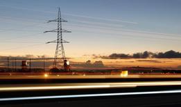 Torres de alta tensión vistas junto a una autopista en la ciudad de Puchuncaví. Imagen de archivo, 5 septiembre, 2014. El Gobierno chileno despejó el camino legal para concretar la interconexión de las dos principales redes eléctricas del país, lo que entregará una mayor seguridad energética y beneficios por un equivalente al 1,5 por ciento del Producto Interno Bruto (PIB). REUTERS/Eliseo Fernandez