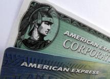 American Express, le numéro un mondial des cartes de crédit, affiche des résultats meilleurs que prévu au titre du premier trimestre, grâce à la hausse des dépenses de ses clients aux Etats-Unis et à la progression de son revenu net des intérêts. Le bénéfice net attribuable aux actionnaires a atteint 1,51 milliard de dollars contre 1,42 milliard un an plus tôt. /Photo d'archives/REUTERS/Mike Blake