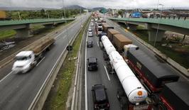 Caminhões em rodovia no Guarujá, em São Paulo. 27/03/2013   REUTERS/Paulo Whitaker