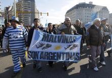 Veteranos da guerra das Malvinas em protesto em Buenos Aires. 20/06/2013 REUTERS/Enrique Marcarian