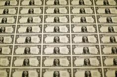 Una lámina de billetes de dólar estadounidense durante su proceso de producción en Washington. Imagen de archivo, 14 noviembre, 2014. El dólar registró el viernes su peor semana en cuatro contra una canasta de monedas, luego de que datos que mostraron un alza en los precios al consumidor no lograron aliviar las preocupaciones de que las recientes débiles cifras en Estados Unidos podrían retrasar la primera subida de tasas de la Reserva Federal.  REUTERS/Gary Cameron
