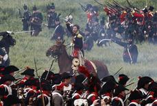 Lors d'une reconstitution de la bataille de Waterloo par des amateurs d'histoire. Alors que la Grande-Bretagne se prépare à célébrer le 200e anniversaire de cette bataille, un sondage montre que de nombreux Britanniques savent peu de choses sur l'événement et l'associent davantage à une chanson ou une gare qu'à un haut fait militaire. /Photo d'archives/REUTERS/Thierry Roge