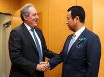 El ministro de Economía japonés Akira Amari, junto al representante de Comercio de EEUU, Michael Froman, antes de su reunión en Tokio, 19 abr, 2015. Japón y Estados Unidos reportaron el domingo avances en negociaciones de comercio de alto nivel que podrían allanar la vía hacia un acuerdo comercial transpacífico amplio, aunque Tokio advirtió que es poco probable que el pacto bilateral esté listo a tiempo para una cumbre la semana próxima. REUTERS/Ataru Haruna/Pool