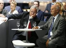 Volkswagen's CEO Martin Winterkorn (C) and Ferdinand Piech, chairman of the supervisory board (R) attend a media preview day at the Frankfurt Motor Show (IAA) in this September 10, 2013 file picture.   REUTERS/Kai Pfaffenbach