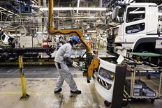 Цех завода  Mitsubishi Fuso Truck and Bus Corporation (MFTBC)  в Кавасаки. 10 марта 2015 года. Производство среднетоннажных грузовиков Mitsubishi Fuso в РФ с начала апреля прекращено из-за снижения спроса, сообщило в понедельник российское агентство ТАСС со ссылкой на японскую газету Nikkan Kogyo. REUTERS/Thomas Peter