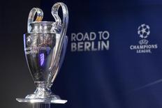 Кубок, вручаемый победителю Лиги чемпионов, в штаб-квартире УЕФА в Ньоне во время жеребьевки 1/4 финала турнира. 20 марта 2015 года. REUTERS/Pierre Albouy