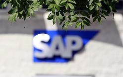 """Le groupe allemand SAP, premier éditeur européen de logiciels, a vu son bénéfice d'exploitation progresser de 15% au premier trimestre, favorisée par la faiblesse de l'euro, qui a compensé l'impact sur ses marges de l'essor des ventes de logiciels dématérialisés (""""cloud""""). /Photo d'archives/REUTERS/Cathal McNaughton"""