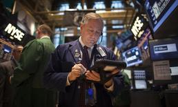 Трейдеры на торгах Нью-Йоркской фондовой биржи 27 ноября 2013 года.  Фондовые рынки США резко выросли в понедельник за счет новых стимулирующих мер в Китае. REUTERS/Carlo Allegri
