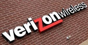 Логотип Verizon Wireless. Уэстминстер, Колорадо, 26 апреля 2009 года. Квартальная прибыль Verizon Communications Inc превысила рыночные ожидания благодаря притоку постоплатных абонентов. REUTERS/Rick Wilking