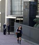 La sede del Banco Central uruguayo en el distrito financiero de Montevideo, ago 20 2014. Uruguay seguirá apelando a una política monetaria contractiva en busca de que la inflación se ubique dentro del rango meta oficial, dijo el martes el presidente del banco central, Mario Bergara.  REUTERS/Andres Stapff