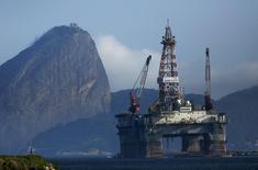 Нефтяная платформа в заливе Гуанабара в бразильском штате Рио-де-Жанейро. 20 апреля 2015 года. Цены на нефть снижаются после окончания бомбардировок Йемена, но лидеры отрасли считают, что цены могут повыситься за счет роста потребления. REUTERS/Pilar Olivares