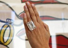 Un diamant parfait de 100 carats a été adjugé mardi à New York pour la somme de 22,1 millions de dollars (20,6 millions d'euros) lors d'une vente aux enchères organisée par la maison Sotheby's. /Photo prise le 25 mars 2015/REUTERS/Lucy Nicholson