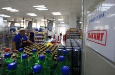 Магазин Магнит в Подмосковье. 1 августа 2012 года. Крупнейший в РФ продуктовый ритейлер Магнит нарастил чистую прибыль за первый квартал 2015 года на 35,6 процента до 9,5 миллиарда рублей, следует из сообщения ритейлера. REUTERS/Sergei Karpukhin