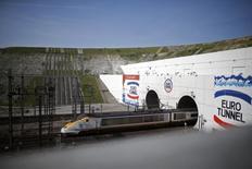 Eurotunnel a vu son chiffre d'affaires progresser de 10%, à 304,9 millions d'euros, au premier trimestre, soutenu par la progression du trafic de ses navettes de camions et de voitures. /Photo d'archives/REUTERS/Christian Hartmann