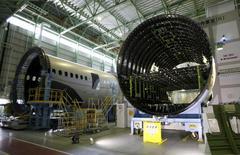 Boeing a annoncé mercredi une hausse de 38% de son bénéfice trimestriel grâce à la croissance de la demande d'avions commerciaux.  /Photo prise le 13 mars 2015/REUTERS/Tim Kelly